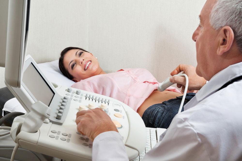 Лікар проводить узд підшлункової пацієнту.